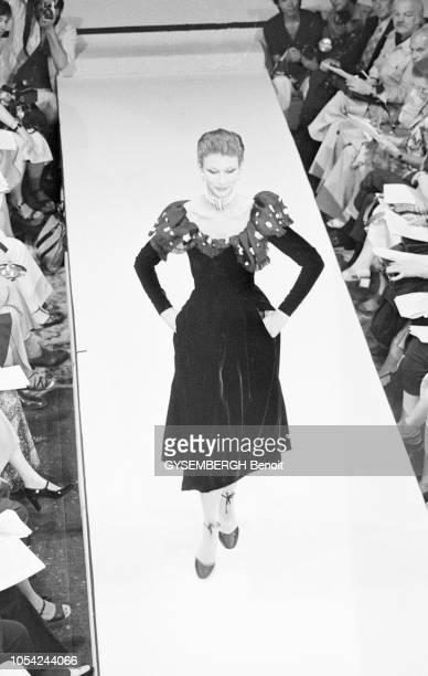 Paris France 1976 Défilé de la collection haute couture Hiver 19761977 de Pierre Balmain Vue plongeante sur le podium où défile une mannequin portant...