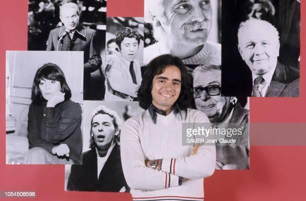 Paris France 1er février 1976 Le chanteur Nicolas PEYRAC chez lui à Paris ici posant devant un mur où sont accrochées des photos de Juliette Gréco...