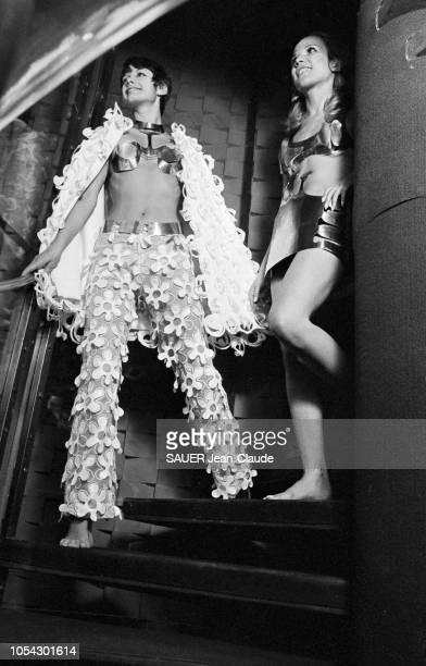Paris France 21 août 1968 Le couturier UNGARO est devenu forgeron avec une jupe et soutiengorge en fer et un pantalon en guipure de coton glacé à...