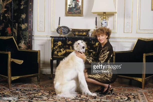 Paris France 21 octobre 1987 Rendezvous avec l'animatrice Eve RUGGIERI chez elle près du Trocadéro Ici posant accroupie avec son chien barzoï Upsilon...