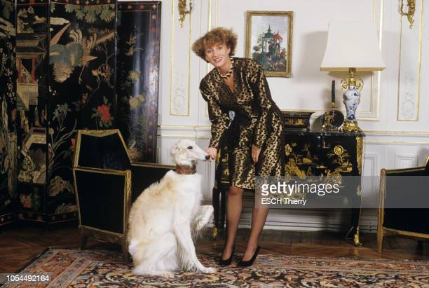 Paris France 21 octobre 1987 Rendezvous avec l'animatrice Eve RUGGIERI chez elle près du Trocadéro Ici caressant son chien barzoï Upsilon Amatrice...