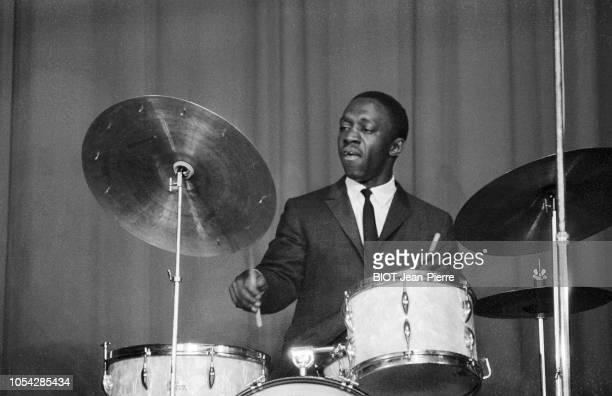 Paris France 22 novembre 1958 Art BLAKEY and the Jazz Messengers en concert à l'Olympia Plan rapproché sur Art BLAKEY sur scène jouant de la batterie