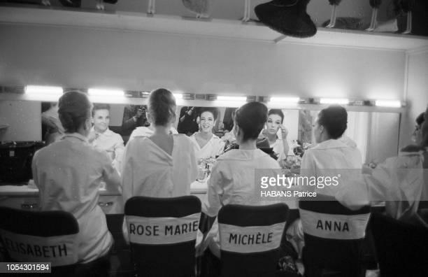 Paris France 24 janvier 1963 Présentation de la collection du grand couturier BALMAIN Quatre mannequins dans leurs loges face à leurs miroirs leur...