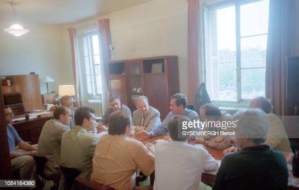 Paris France 27 juillet 1995 Deux jours après l'attentat à la bombe dans la station du RER SaintMichel une cellule de crise est réunie dans le bureau...