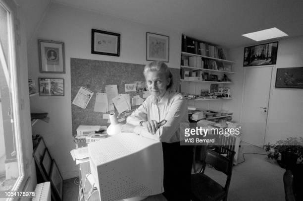 Paris, France - 29 octobre 1999 - Rendez-vous avec la philosophe Elisabeth BADINTER chez elle. Ici debout devant un bureau, les bras croisés appuyés...