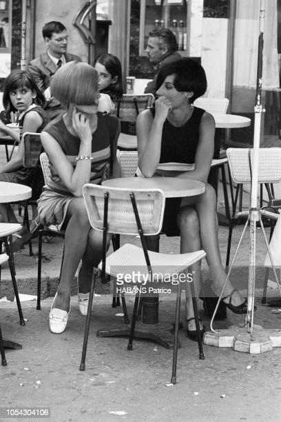 Paris France 4 août 1965 Le coiffeur Vidal SASSOON à Paris pour coiffer les mannequins d'Emmanuel UNGARO Deux modèles féminins assise à une terrasse...