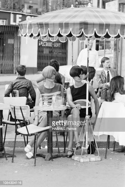 Paris France 4 août 1965 Le coiffeur Vidal SASSOON à Paris pour coiffer les mannequins d'Emmanuel UNGARO Deux modèles féminins buvant un verre en...