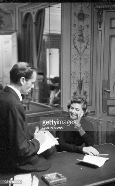 Paris France 5 novembre 1955 Mel FERRER discutant avec l'actrice suédoise Ingrid BERGMAN tout en prenant des notes dans un carnet tous deux tournent...