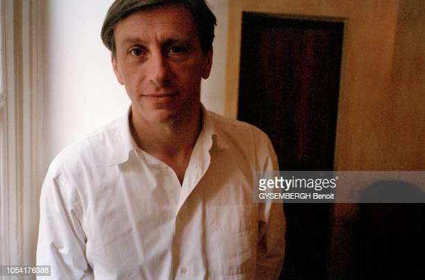 Paris France 6 octobre 1998 Rencontre avec JeanChristophe RUFIN médecin historien écrivain et diplomate français posant dans un appartement Ici...
