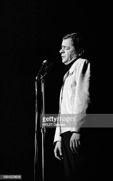 Paris France 8 février 1968 Tour de chant de Serge REGGIANI à Bobino du 7 février au 4 mars 1968 Serge REGGIANI de profil sur scène chantant devant...