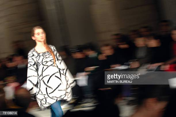 A model presents a creation by Belgian designer Cathy Pill during the SpringSummer 2007 Haute Couture show in Paris 25 January 2007 AFP PHOTO/MARTIN...
