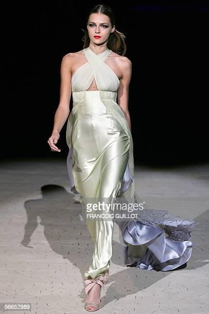 Model presents a creation by Italian designer Valentino during the Spring/Summer 2006 Haute Couture collections, 23 January 2006 in Paris. AFP PHOTO...