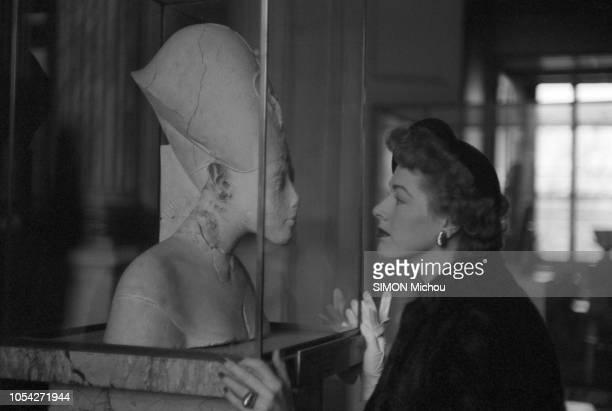 Paris France années 1950 L'acteur américain Robert Taylor et son épouse visitent le musée du Louvre à Paris Ici la jeune femme coiffée d'un chapeau...