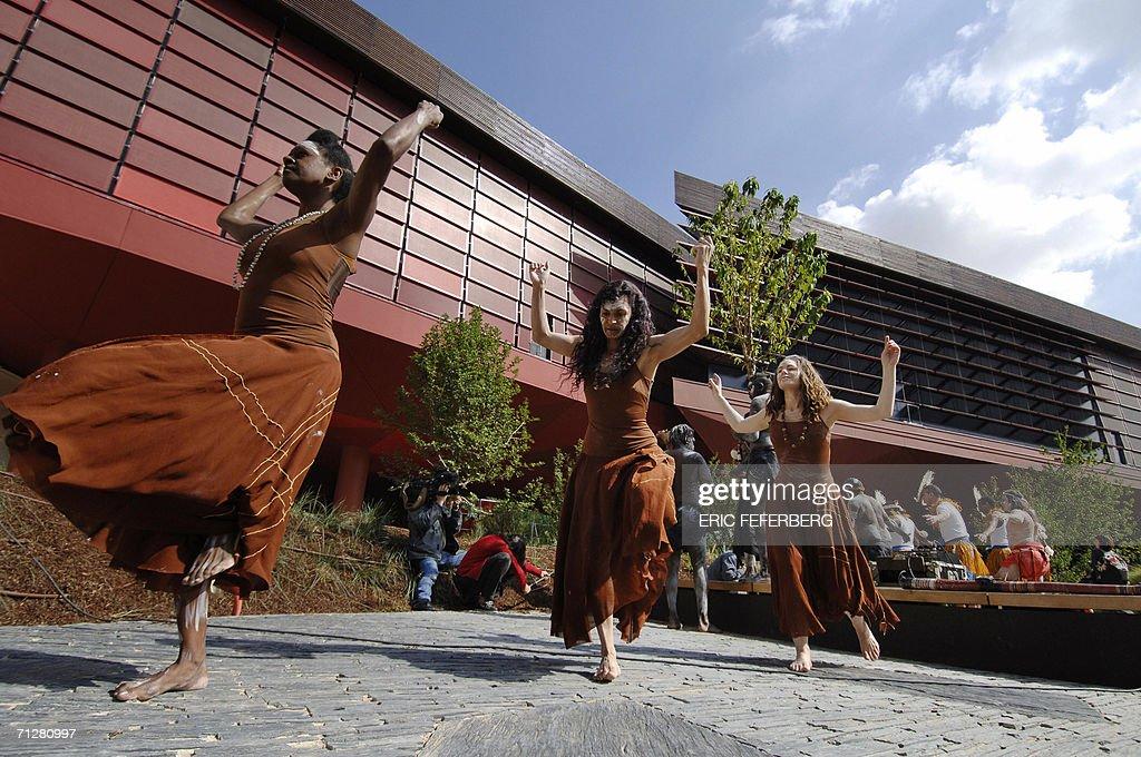 Australian dancers perform a ritual cere : News Photo