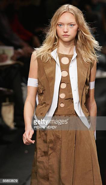 Australian model Gemma Ward presents a creation for Lagerfeld Gallery during the Spring/Summer 2006 ReadytoWear collections in Paris 05 October 2005...