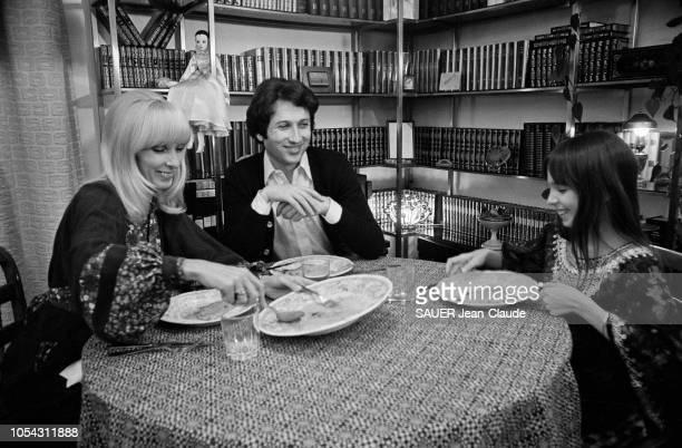 Paris France avril 1976 Closeup Michel DRUCKER animateur tv et radio Ici à table du dîner avec son épouse Dany SAVAL et sa bellefille Stéfanie JARRE