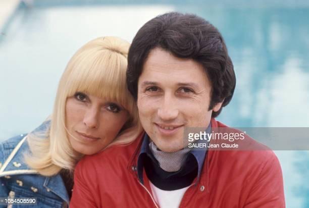 Paris France avril 1976 Le journaliste et animateur Michel DRUCKER pose avec son épouse l'actrice Dany SAVAL