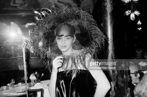 Paris France avril 1980 Soirée Pierre Cardin au grand restaurant Maxim's pour la présentation de sa première collection de chapeaux Plan rapproché...