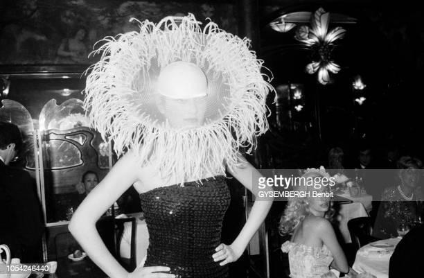 Paris France avril 1980 Soirée Pierre Cardin au grand restaurant Maxim's pour la présentation de sa première collection de chapeaux Mannequin en...