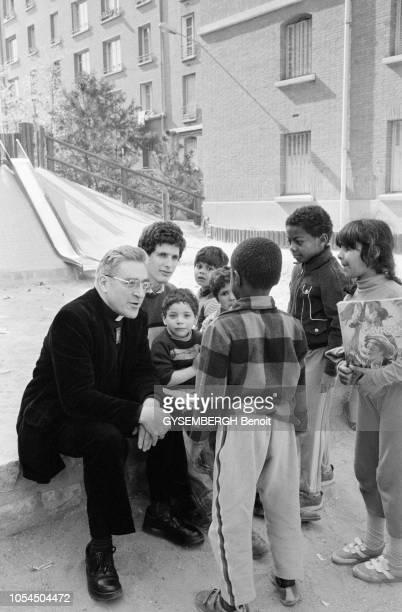 Paris France avril 1984 Mgr JeanMarie LUSTIGER cardinalarchevêque de Paris s'est rendu sur les hauteurs de Montmartre dans le XVIIIe arrondissement...