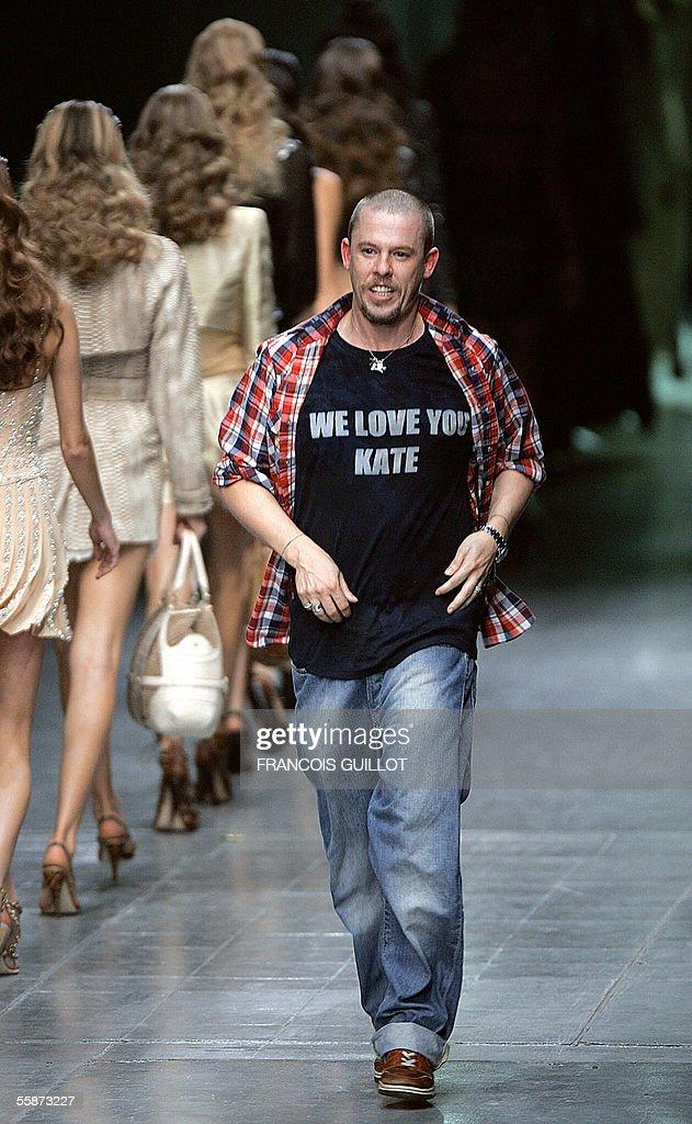 British designer Alexander McQueen salut : Nachrichtenfoto
