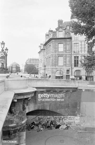 Paris France circa 1978 Les sans domicile fixe sur les quais de la Seine Vue depuis un pont d'un groupe de SDF installés sous un pont sur l'Ile de la...
