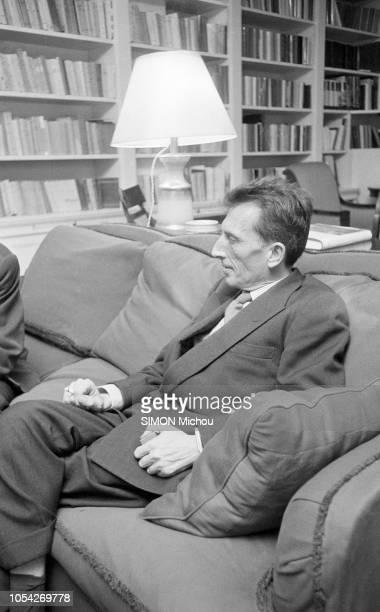 Paris France décembre 1957 Roger VAILLAND reçoit le Prix Goncourt pour son livre La loi Ici de profil répondant aux questions d'un journaliste assis...