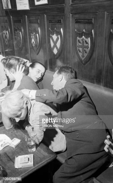 Paris France décembre 1957 Roger VAILLAND reçoit le Prix Goncourt pour son livre 'La loi' Ici dans un pub se penchant pour discuter avec son épouse...