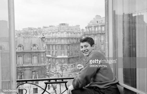 Paris France décembre 1958 Le chanteur américanocanadien Paul ANKA 17 ans en concert à l'Olympia Ici posant avec le sourire à la fenêtre de sa...