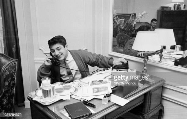 Paris France décembre 1958 Le chanteur américanocanadien Paul ANKA 17 ans en concert à l'Olympia Ici téléphonant avec le sourire assis au bureau de...