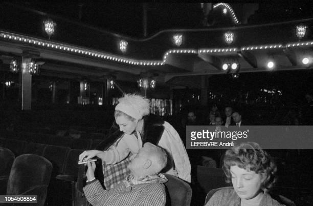 Paris France Décembre 1961 La revue 'Plaisirs' au Casino de Paris Line RENAUD et Henri VARNA le directeur de la salle de spectacle Ici la danseuse...