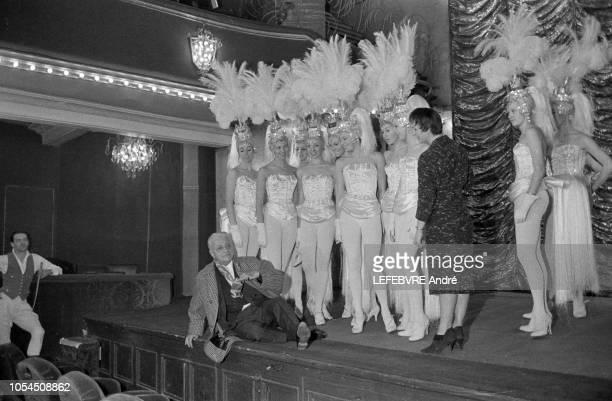 Paris France Décembre 1961 La revue 'Plaisirs' au Casino de Paris Line RENAUD et Henri VARNA le directeur de la salle de spectacle Ici les danseuses...