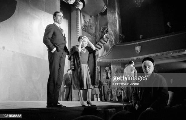 Paris France Décembre 1961 La revue 'Plaisirs' au Casino de Paris Line RENAUD et Henri VARNA le directeur de la salle de spectacle Ici sur le devant...