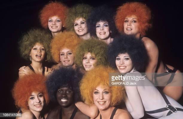"""Paris, France, décembre 1969 --- Le """"Crazy Horse Saloon"""" fête ses dix-huit ans. Pour l'occasion, onze """"girls"""" posent en perruque. Parmi elles, Lova..."""