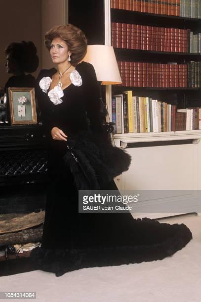Paris France décembre 1971 Hélène ROCHAS qui a cessé de diriger son empire de parfums pose dans une robe de velours noir Yves SaintLaurent