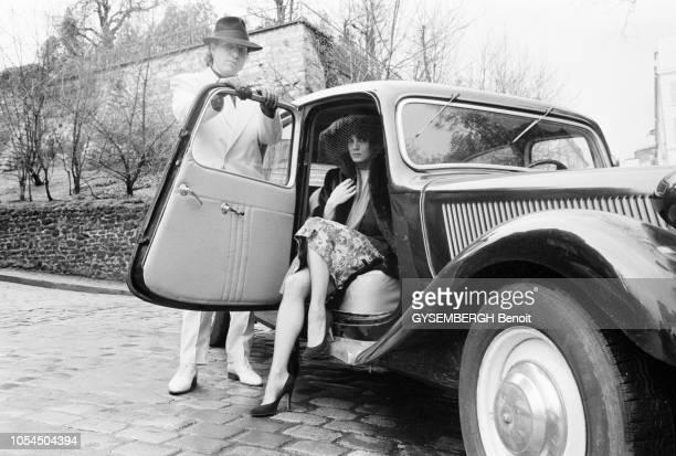 Paris France décembre 1981 Le chanteur Bernard LAVILLIERS posant à côté de sa voiture Citroën traction coiffé d'un chapeau à Montmartre avec sa...