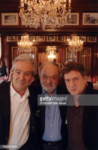 Paris France en janvier 2005 Plan taille de face de Pierre ARDITI Claude BERRI et Daniel AUTEUIL réunis au Fouquet's à PARIS à l'occasion de la...