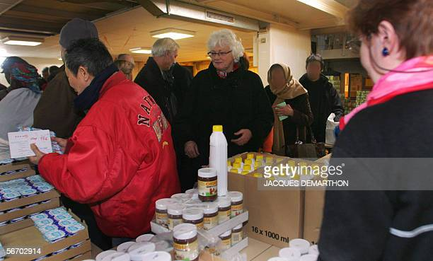 EU Agriculture commissioner Mariann Fischer Boel visits the Food Aid NGO Les resto du coeur 30 January 2006 in Paris on the eve of the 20th...