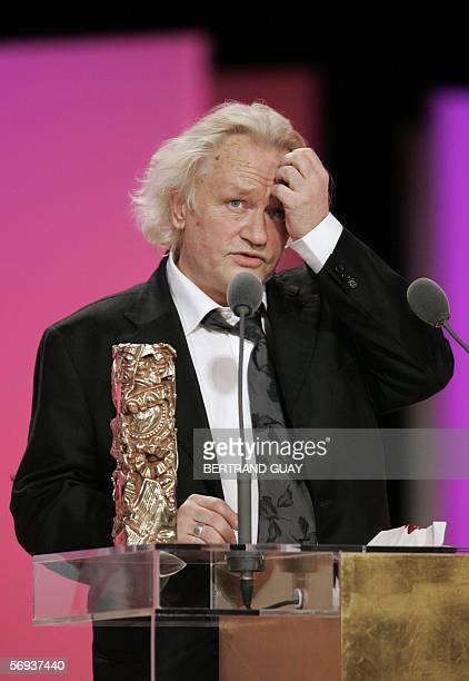"French actor Niels Arestrup poses with the Best actor in a supporting role Award for ""De battre mon coeur s'est arrete"", 25 February 2006 on the..."