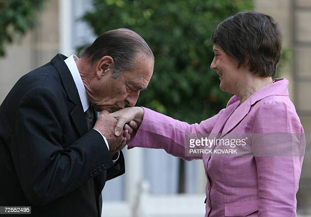 French President Jacques Chirac welcomes NewZealand Prime Minister Helen Clarck prior to a meeting 15 November 2006 at the Elysee Place in Paris AFP...