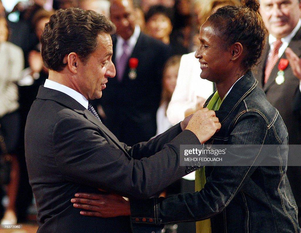 Nicolas Sarkozy le entrega a Waris Dirie el Chevalier d ela Légion d'Honneur en 2007 // Fuente: gettymagenes