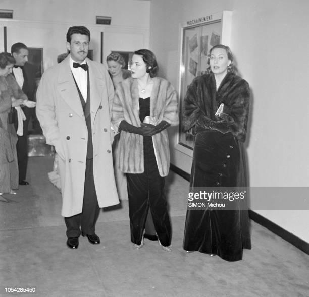 Paris France février 1951 La première du film 'Caroline chérie' au cinéma Berlitz Ici l'acteur Franck VILLARD et les actrices Sara MONTIEL et Michèle...