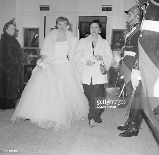 Paris France février 1951 La première du film 'Caroline chérie' au cinéma Berlitz Ici la jeune actrice française Etchika CHOUREAU souriante se...
