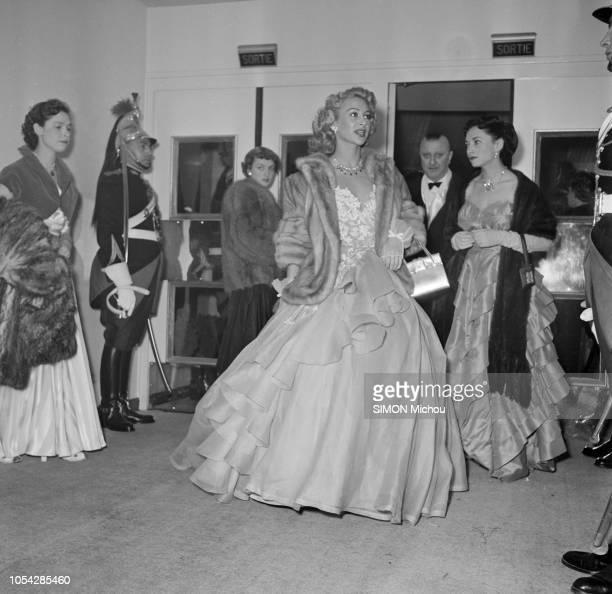 Paris France février 1951 La première du film 'Caroline chérie' au cinéma Berlitz avec Martine CAROL dans le rôle principal Ici l'actrice arrivant...