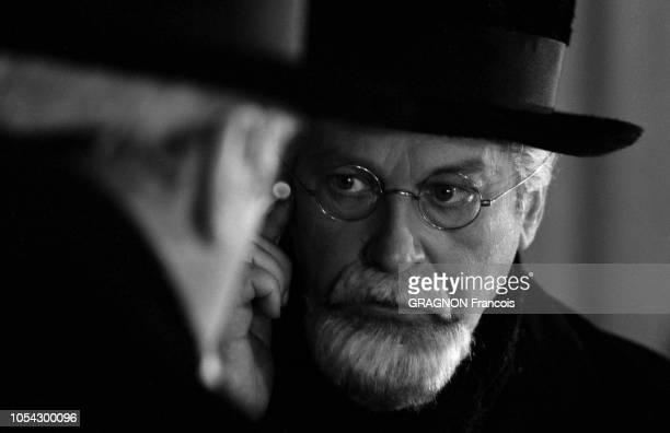 Paris France Février 1963 Curd JURGENS incarne Freud dans la pièce Le fil rouge au théâtre du Gymnase Le comédien en gros plan de face se regardant...