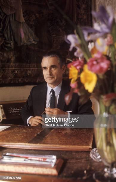Paris France février 1970 Le Premier ministre Jacques CHABANDELMAS reçoit Paris Match à Matignon Il a spécialement écrit un article pour Match...