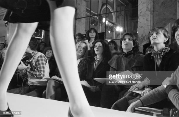 Paris France février 1982 La princesse CAROLINE de Monaco assiste à une présentation de mode chez le couturier Dior Ici assise au premier rang...