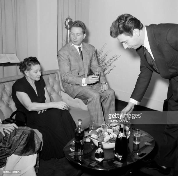 Paris France janvier 1951 Yves MONTAND et sa compagne Simone SIGNORET pendent la crémaillère dans leur appartement au n° 15 de la place Dauphine dans...