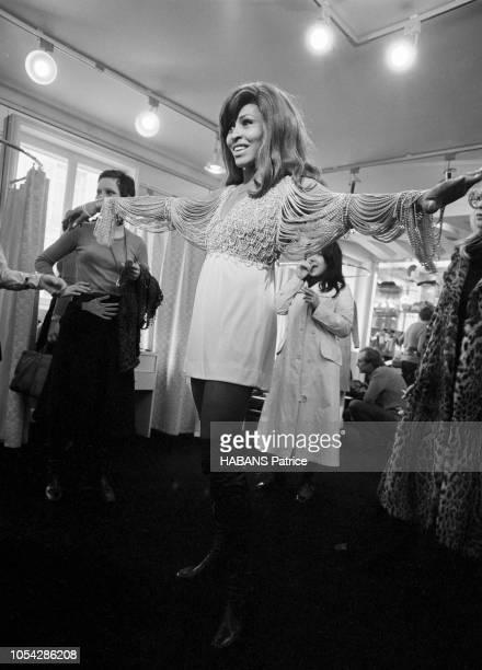 Paris France janvier 1971 La chanteuse américaine Tina TURNER de passage à Paris avec son mari Ike et leur troupe vient de faire une apparition...