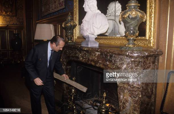 Paris France Janvier 1990 Rendezvous avec Jacques CHIRAC dans son bureau de l'hôtel de ville et lors d'une promenade sur les quais de Seine Ici...